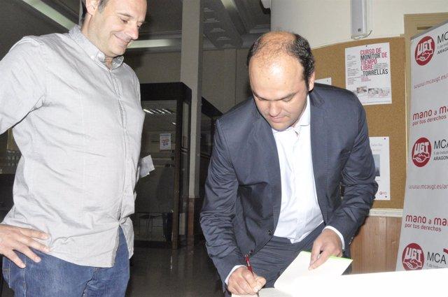 El economista José Carlos Díez firma un ejemplar de su libro a J. Arceiz, de UGT