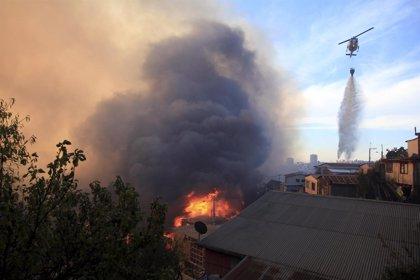 Siguen las evacuaciones por el incendio de Valparaíso
