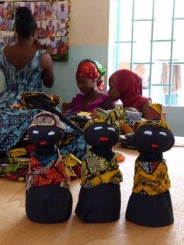 Muñecas para promover la independencia de mujeres africanas