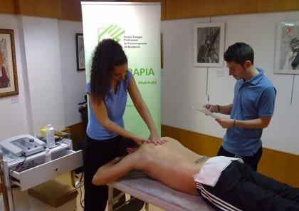 Fisioterapeutas aconsejan a los costaleros estirar antes y después de las procesiones y pisar con todo el pie