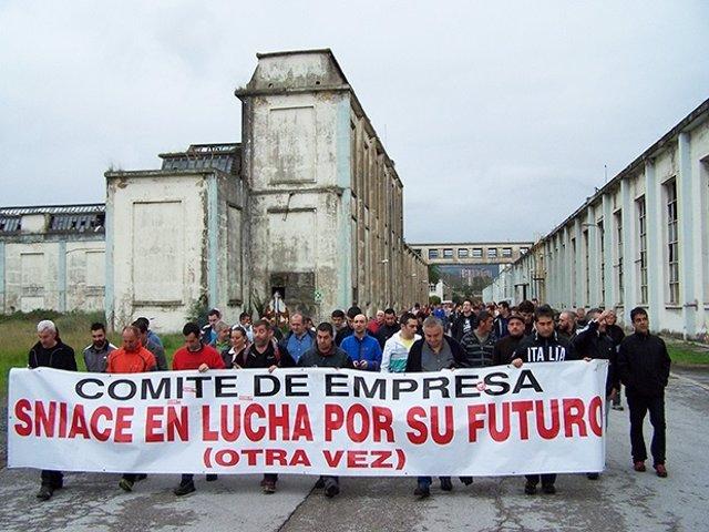 Encierro de los trabajadores de Sniace en la fábrica (28 de octubre de 2013)