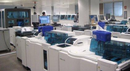 El laboratorio de medicina del nuevo HUCA será capaz de procesar 2.000 muestras diarias