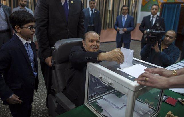 Abdelaziz Buteflika vota en las elecciones de Argelia