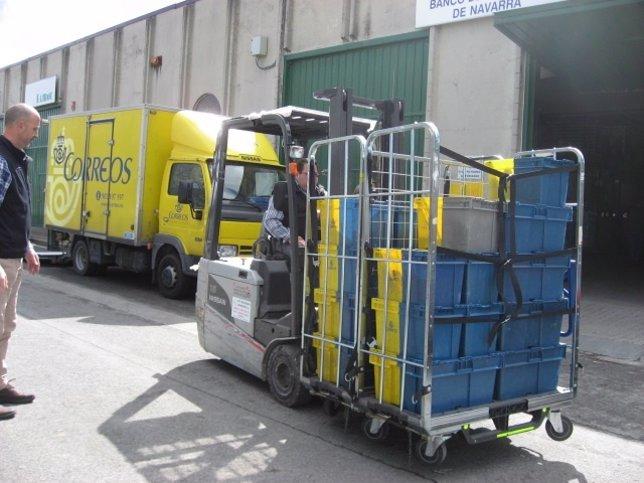 Correos entrega 300 kilos de alimentos al Banco de Alimentos de Navarra.