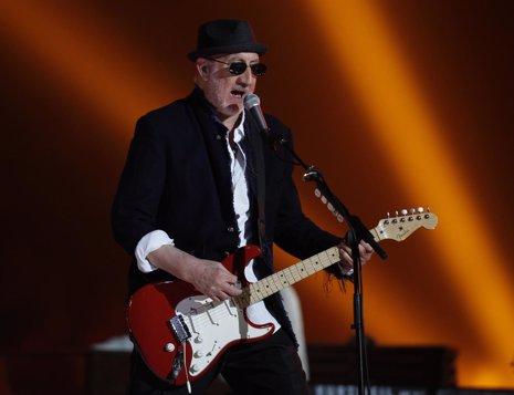 El guitarrista de The Who, Pete Townshend, durante su actuación en la Superbowl