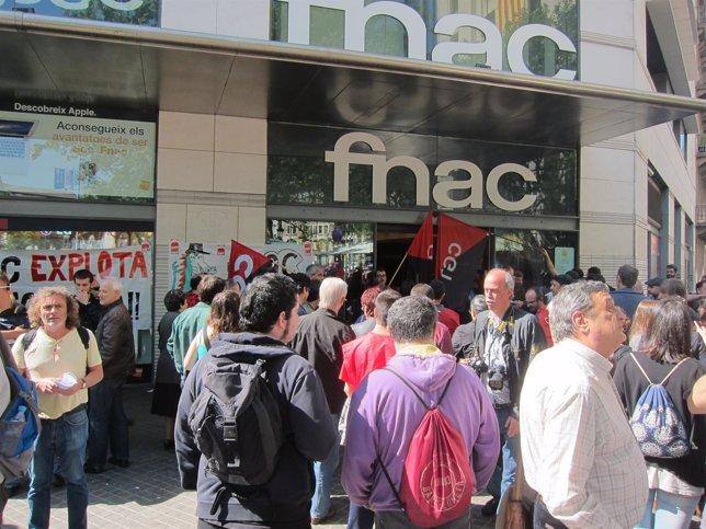 Protesta ante las puertas de la FNAC en Barcelona el día de Sant Jordi