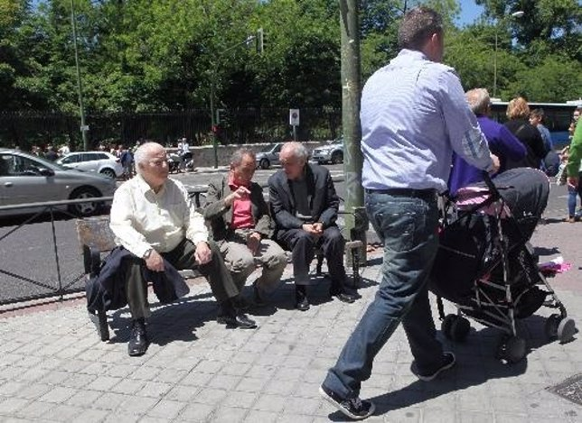 Imagen de varios pensionistas sentados en un banco
