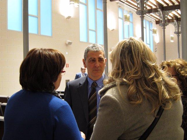 Antonio Asín habla con otras diputadas momentos antes del pleno de DPZ