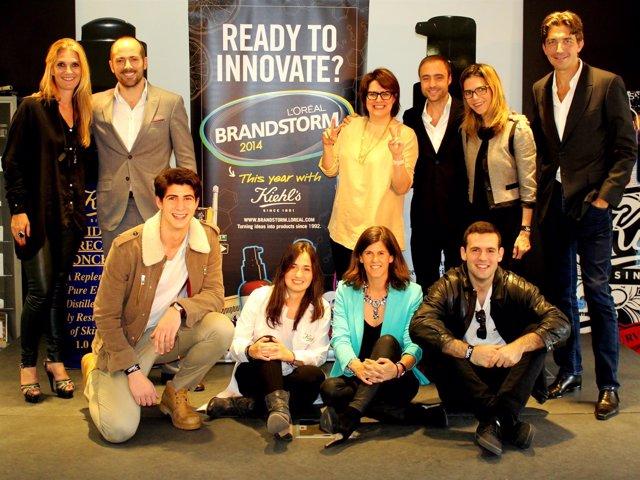 El equipo de estudiantes con los jueces y responsables del concurso