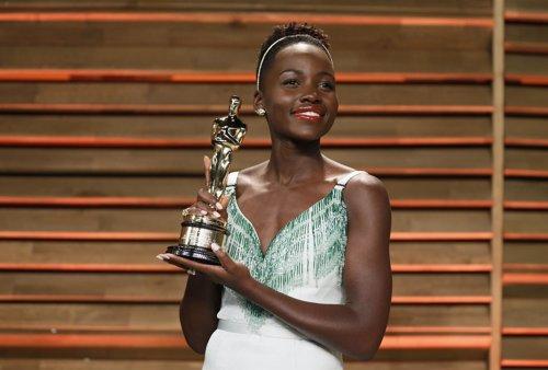 Lupita Nyong'o Con El Oscar A Mejor Actriz Secundaria
