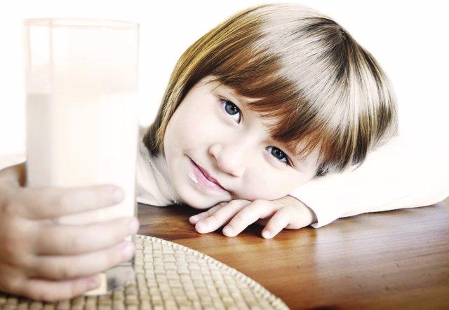 Niña tomando leche