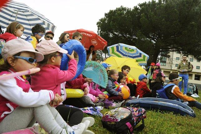 Padres y escolares montan una playa reivindicativa en Ourense