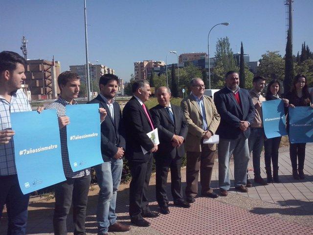 Dirigentes del PP junto a las obras del metro en el Zaidín