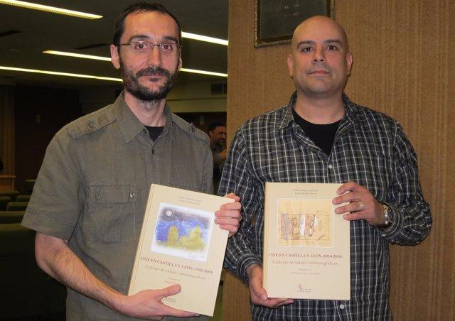 Alberto Palacios (izq) e Ismael Shahín presentan el Catálogo en la Filmoteca