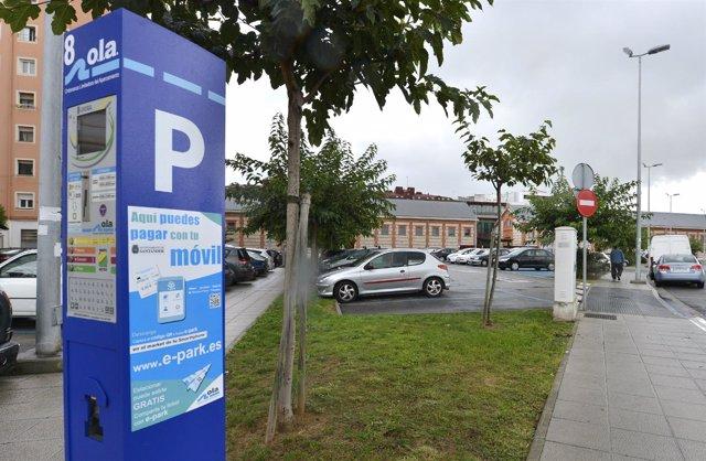 Vinilo en un parquímetro informa sobre la aplicación E-park