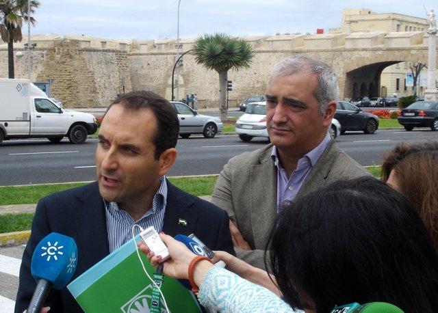 Ruiz, en segundo término mientras Sánchez de Medina atiende a los medios