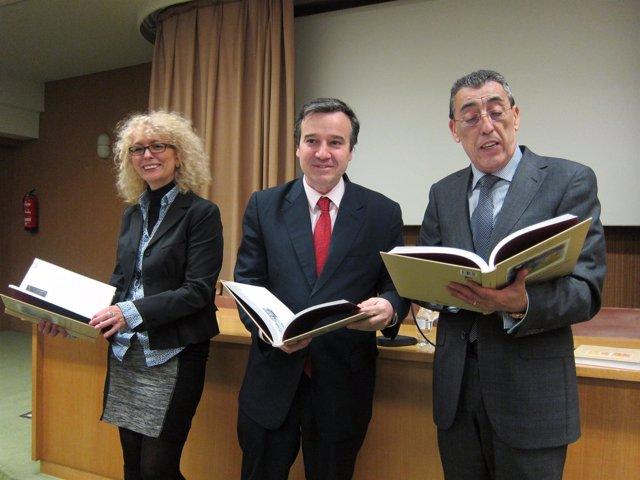 José Ramón Alonso (centro) presenta un libro sobre cine en Salamanca