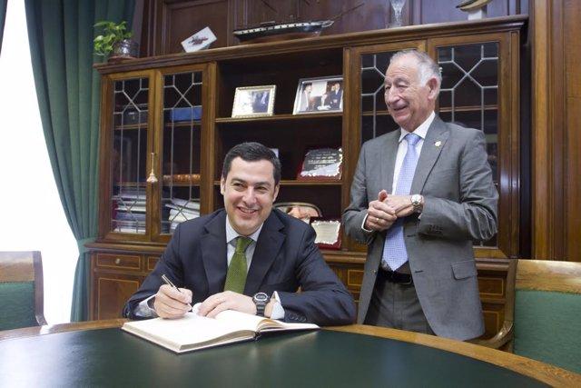 Moreno firma en el libro de honor de la Diputación junto a Amat
