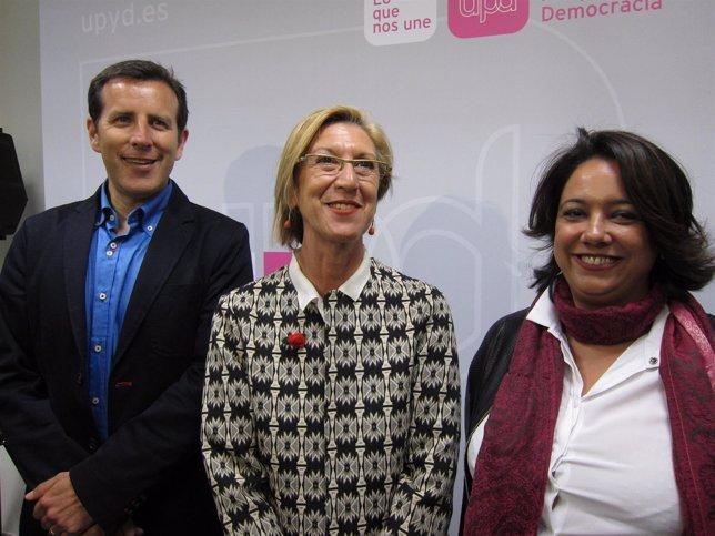 Carlos Aparicio, Rosa Díez e Irene Romea en la sede de UPyD en Zaragoza