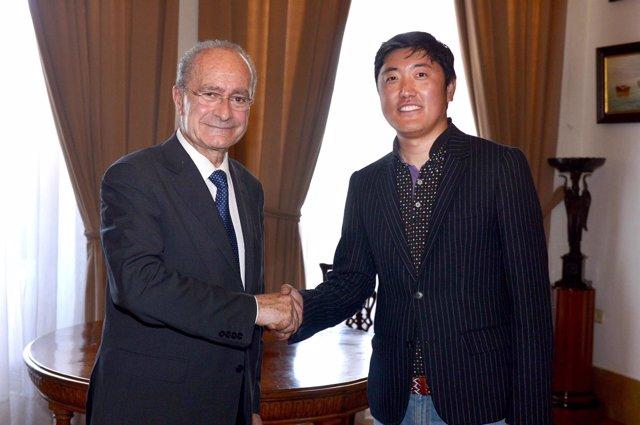 El alcalde de Málaga y el director general Air China en España Han Pen Yu