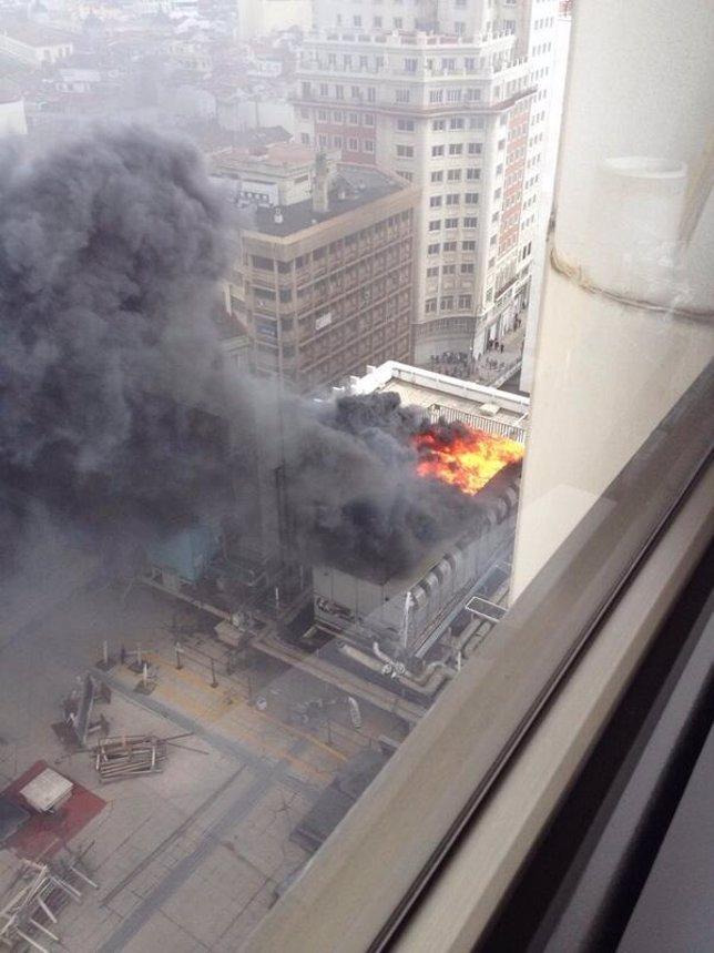 Imagen de la columna de humo generada por el incendio