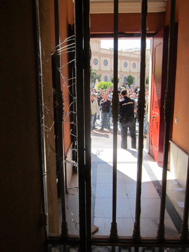 Puerta de entrada a la sede del PSOE de Cádiz con el cristal roto