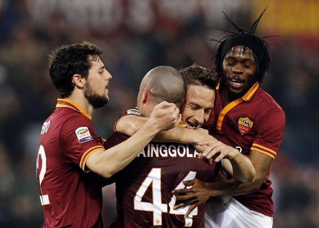 Los jugadores de la Roma celebran un gol de Totti