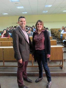 El coordinador y la consejera con los alumnos del Laboratorio