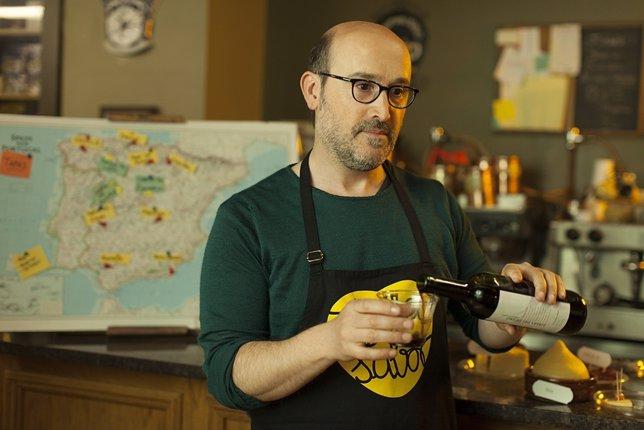 Javier Cámara con un delantal de Tierra de Sabor en 'La Vida Inesperada'