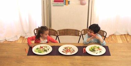 Los niños que cocinan con los padres comen un 76% más de ensalada, un 27% más de pollo y un 25% más de calorías