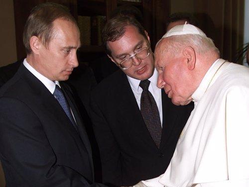 Vladimir Putim da la mano a Juan Pablo II