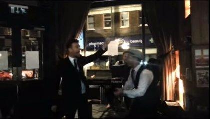 Damon Albarn canta 'Parklife' en un pub londinense