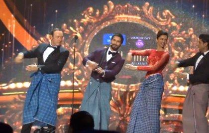 Kevin Spacey y John Travolta bailando al estilo Bollywood