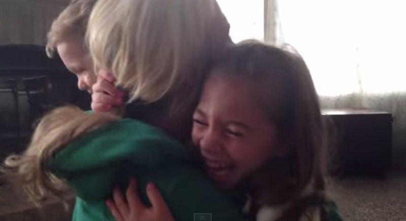 La mejor reacción de unos niños cuando les dicen que van a tener otro hermanito