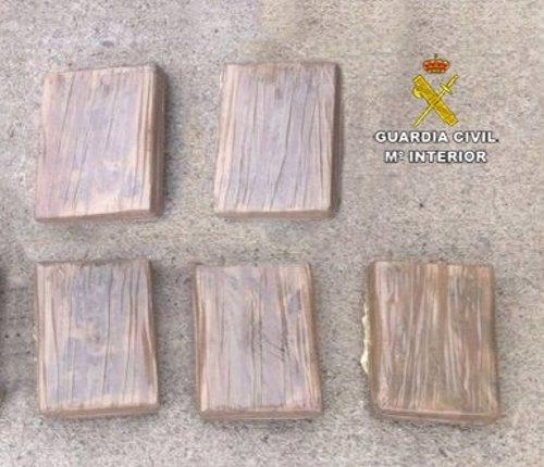 Cinco paquetes con un kilo de cocaína cada uno