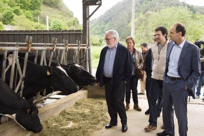 """Cañete dice que el PP defiende al sector primario mientras otros son """"un melón por catar"""""""