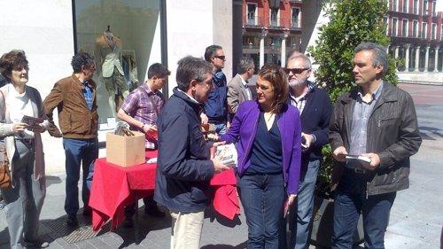 Punto informativo del PSOE en la calle Santiago y plaza Mayor de Valladolid