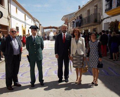 """Directora de Turismo destaca """"el esplendor"""" de la alfombra de sal coloreada de la fiesta de los mayos de Villamayor"""