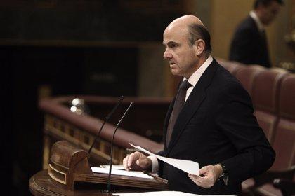 Guindos pedirá informe al INE sobre la caída de la población activa, que achaca a jubilaciones y emigración
