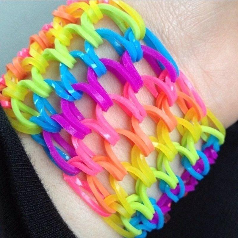 ce0588d7320b ¿De dónde viene la moda por las pulseras de goma?