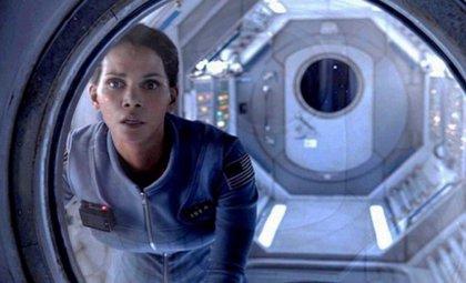 Halle Berry regresa a la Tierra embarazada en tráiler de Extant