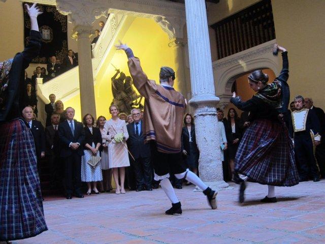 La Infanta Elena en la Real Maestranza de Caballería atenta a un baile de jota