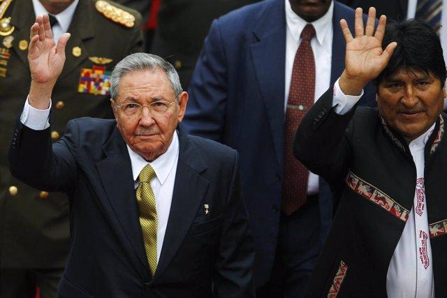 El presidente de Cuba, Raúl Castro,  y el de Bolivia, Evo Morales.