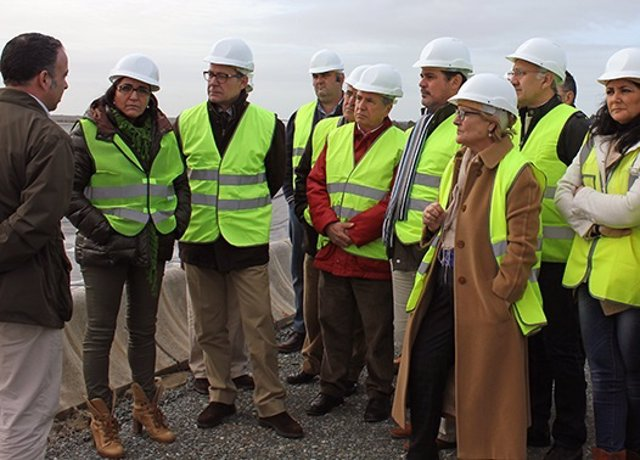 Dirigentes del PSOE en las obras del trasvase del Condado en Bonares (Huelva).