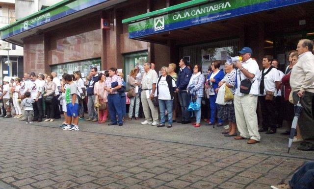 Afectados por preferentes protestan en Caja Cantabria de Santoña