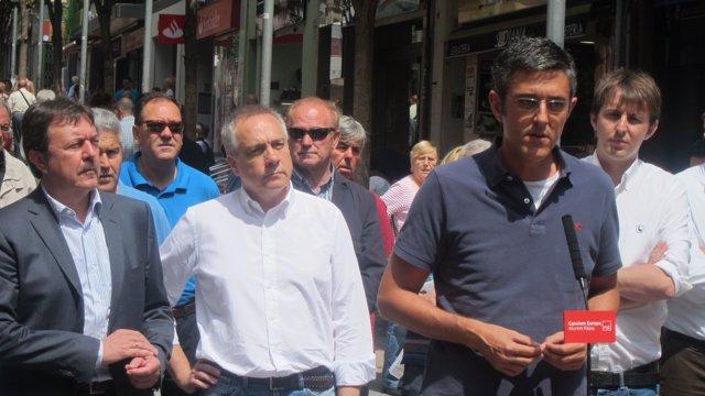Jordi Serra, Pere Navarro, Eduardo Madina y Javi López en el barrio de La Salut