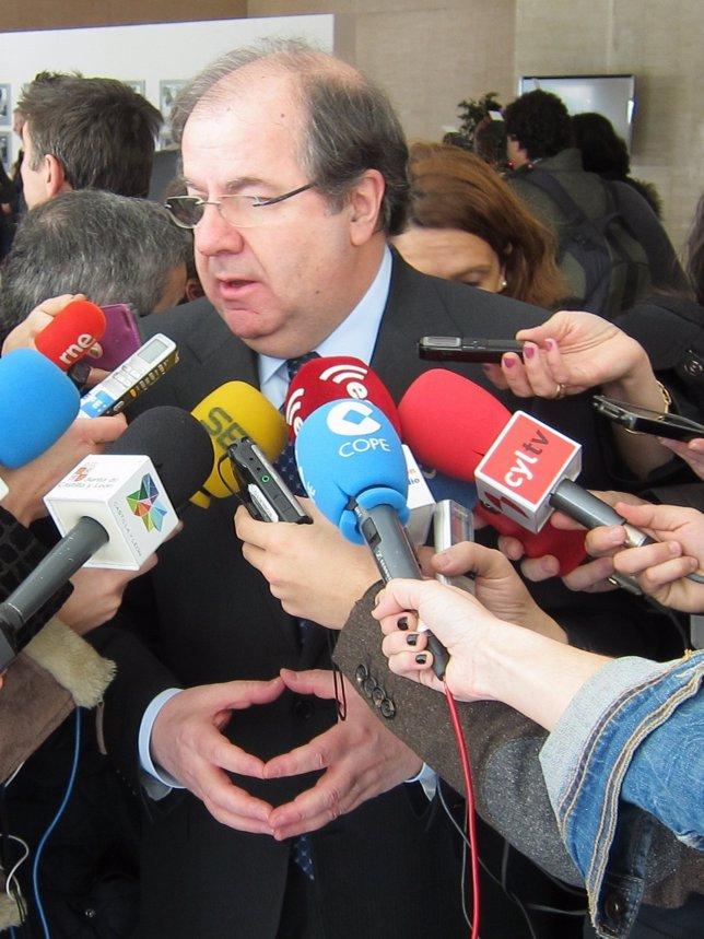 El presidente de la Junta, Juan  Vicente Herrera, atiende a los periodistas