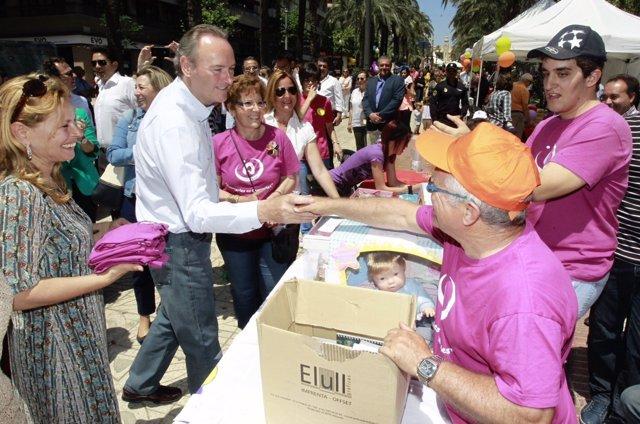 Fabra visita la Feria de Entidades de Familia en Alicante.