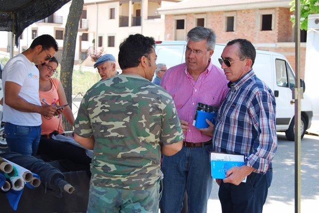 Fernández de Moya durante el reparto de material electoral