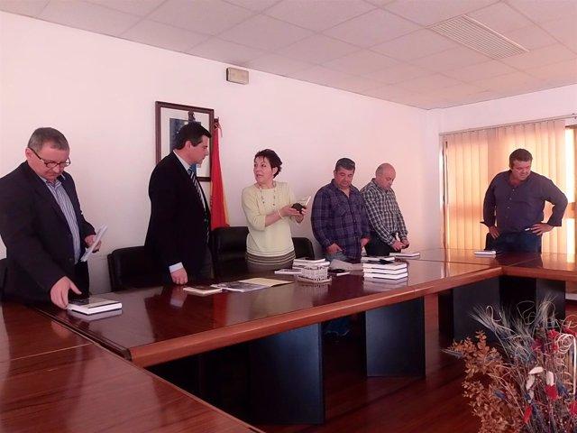 Sanjurjo conversa con la alcaldesa, ante otros miembros de la Corporación.